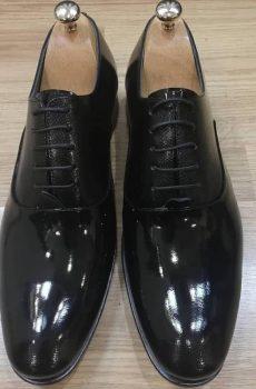 crne lakovane cipele zid2
